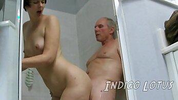 chick denounces big men behind of her at car wash
